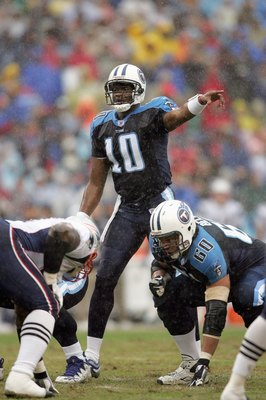 NASHVILLE, TN - DECEMBER 31: Vince Young #10 of the Tennessee Titans points down the line against the New England Patriots during the NFL game on December 31, 2006 at LP Field in Nashville, Tennessee. (Photo by Andy Lyons/Getty Images)