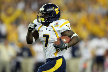 GLENDALE, AZ - JANUARY 02:  Running back Noel Devine #7 of the West Virginia Mountaineers runs for a 65-yard touchdown against the Oklahoma Sooners in the second half at the Tostito's Fiesta Bowl at University of Phoenix Stadium January 2, 2008 in Glendal