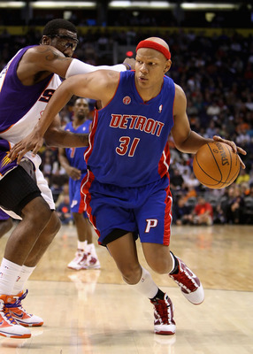 PHOENIX - NOVEMBER 22:  Charlie Villanueva #31 of the Detroit Pistons handles the ball under pressure from Amar'e Stoudemire #1 of the Phoenix Suns during the NBA game at US Airways Center on November 22, 2009 in Phoenix, Arizona. The Suns defeated the Pi