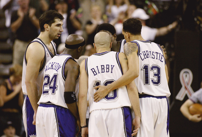 SACRAMENTO, CA - MAY 04:  Point guard Mike Bibby #10 of the Sacramento Kings huddles with his teammates in game 1 of the 2002 NBA Western Conference semifinals against the Dallas Mavericks at ARCO arena in Sacramento, California on May 04, 2002.  The King
