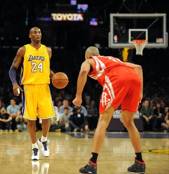 LOS ANGELES, CA - JANUARY 05:  Kobe Bryant #24 of the Los Angeles Lakers is guarded by Shane Battier #31 of the Houston Rockets at Staples Center on January 5, 2010 in Los Angeles, California.  NOTE TO USER: User expressly acknowledges and agrees that, by