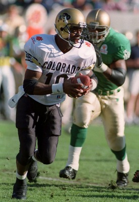 2 JAN 1995:  COLORADO QUARTERBACK KORDELL STEWART, #10, SCRAMBLES AWAY FROM THE NOTRE DAME DEFENSE DURING THE FIRST QUARTER IN THE FIESTA BOWL AT SUN DEVIL STADIUM IN TEMPE, ARIZONA.   Mandatory Credit: Otto Greule/ALLSPORT