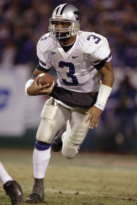 KANSAS CITY, MO - DECEMBER 6:  Quarterback Ell Roberson #3 of the Kansas State Wildcats runs the football against the Oklahoma Sooners in the Dr. Pepper Big 12 Championship on December 6, 2003 at Arrowhead Stadium in Kansas City, Missouri.  Kansas State d
