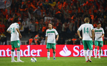 ISTANBUL, TURKEY - MAY 20: Torsten Frings (2ndL) of Werder Bremen looks dejected with team mates during the UEFA Cup Final between Shakhtar Donetsk and Werder Bremen at the Sukru Saracoglu Stadium on May 20, 2009 in Istanbul, Turkey.  (Photo by Michael St