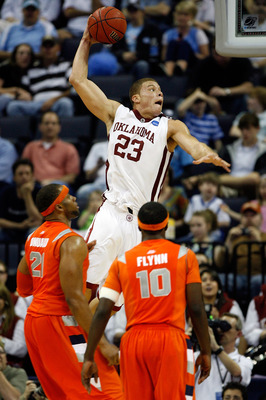 MEMPHIS, TN - MARCH 27:  Blake Griffin #23 of the Oklahoma Sooners dunks the ball as he hits his head on the side on the backboard in the second half against the Syracuse Orange during the NCAA Men's Basketball Tournament South Regionals at the FedExForum