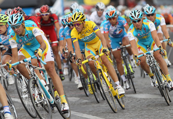 PARIS - JULY 25:  Alberto Contador (C) of team Astana races amongst teammates during the twentieth and final stage of Le Tour de France 2010, from Longjumeau to the Champs-Elysees in Paris on July 25, 2010 in Paris, France.  (Photo by Bryn Lennon/Getty Im