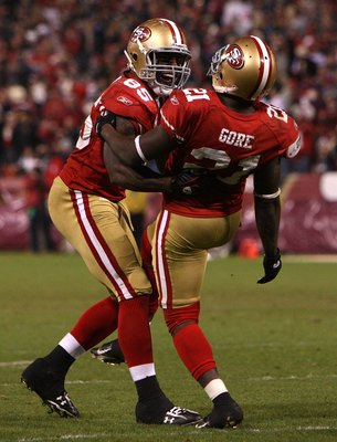SAN FRANCISCO - DECEMBER 14:  Vernon Davis #85 and Frank Gore #21 of the San Francisco 49ers celebrate against the Arizona Cardinals at Candlestick Park on December 14, 2009 in San Francisco, California.  (Photo by Jed Jacobsohn/Getty Images)