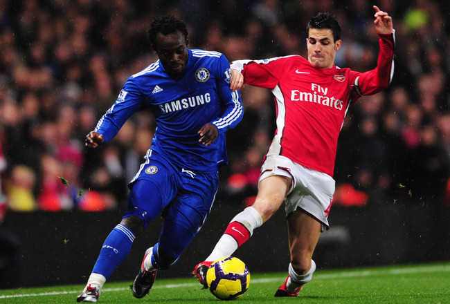 LONDON, ENGLAND - NOVEMBER 29:  Cesc Fábregas of Arsenal challenges Michael Essien of Chelsea during the Barclays Premier League match between Arsenal and Chelsea at the Emirates Stadium on November 29, 2009 in London, England.  (Photo by Mike Hewitt/Gett