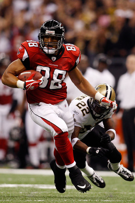 NEW ORLEANS - SEPTEMBER 26:  Tony Gonzalez #88 of the Atlanta Falcons avoids a tackle by Tracy Porter #22 of the New Orleans Saints at the Louisiana Superdome on September 26, 2010 in New Orleans, Louisiana.  (Photo by Chris Graythen/Getty Images)