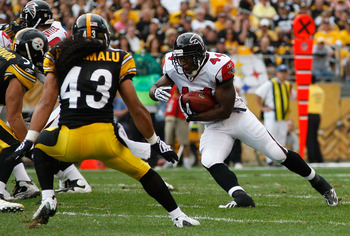 PITTSBURGH - SEPTEMBER 12:  Jason Snelling #44 of the Atlanta Falcons runs with the ball in front of Troy Polamalu #43 of the Pittsburgh Steelers during the NFL season opener game on September 12, 2010 at Heinz Field in Pittsburgh, Pennsylvania.  (Photo b