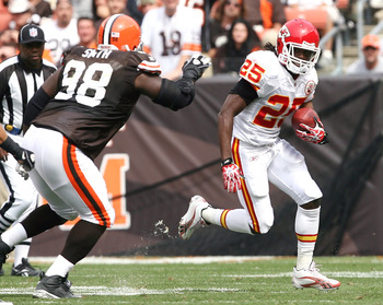 CLEVELAND - SEPTEMBER 19:  Running back Jamaal Charles #25 of the Kansas City Chiefs runs by defensive lineman Robaire Smith #98 of the Cleveland Browns at Cleveland Browns Stadium on September 19, 2010 in Cleveland, Ohio.  (Photo by Matt Sullivan/Getty I