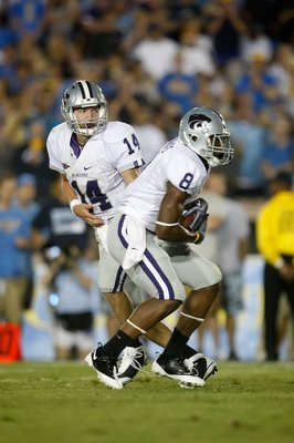 PASADENA, CA - SEPTEMBER 19:  Quarterback Carson Coffman #14 of the Kansas State Wildcats hands the ball off to Daniel Thomas #8 against the UCLA Bruins at the Rose Bowl on September 19, 2009 in Pasadena, California. UCLA defeated Kansas State 23-9.  (Pho