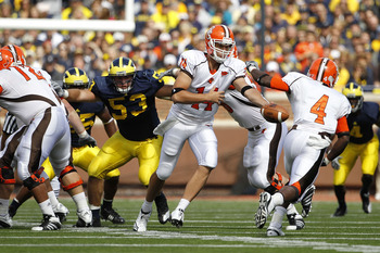 ANN ARBOR, MI - SEPTEMBER 25:  Aaron Pankratz #14 of Bowling Green hands the ball off to Jordan Hopgood #4 during the second quarter of the game against the Michigan Wolverines on September 25, 2010 at Michigan Stadium in Ann Arbor, Michigan. Michigan def