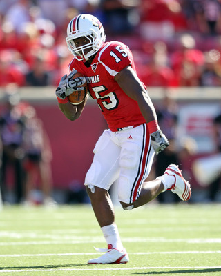 LOUISVILLE, KY - SEPTEMBER 04:  Bilal Powell #15 of the Louisville Cardinals runs with the ball during the game against the Kentucky Wildcats at Papa John's Cardinal Stadium on September 4, 2010 in Louisville, Kentucky.  (Photo by Andy Lyons/Getty Images)