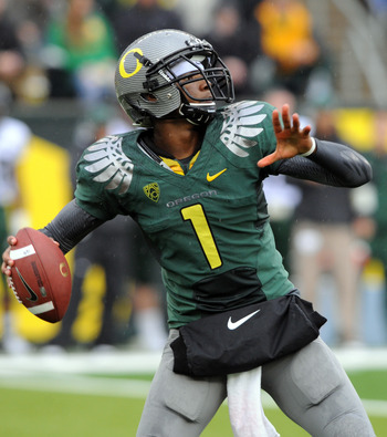 EUGENE, OR - SEPTEMBER 18: Quarterback Darron Thomas #1 of the Oregon Ducks throws a pass in the first quarter of the game against the Portland State Vikings at Autzen Stadium on September 18, 2010 in Eugene, Oregon. Oregon won the game 69-0.  (Photo by S