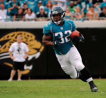 JACKSONVILLE, FL - SEPTEMBER 26:  Running back Maurice Jones-Drew #32 of the Jacksonville Jaguars finds room to run against the Philadelphia Eagles at EverBank Field on September 26, 2010 in Jacksonville, Florida.  (Photo by Doug Benc/Getty Images)