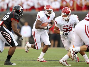 CINCINNATI - SEPTEMBER 25: DeMarco Murray #7 of the Oklahoma Sooners runs with the ball during the game against the Cincinnati Bearcats at Paul Brown Stadium on September 25, 2010 in Cincinnati, Ohio.  (Photo by Andy Lyons/Getty Images)