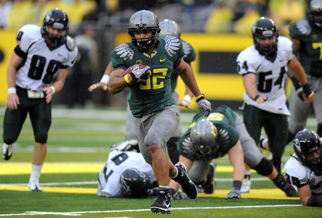 EUGENE, OR - SEPTEMBER 18: Running back Andres Reed #32 of the Oregon Ducks breaks away for a good gain in the 4th quarter of the game against the Portland State Vikings at Autzen Stadium on September 18, 2010 in Eugene, Oregon. Oregon won the game 69-0.