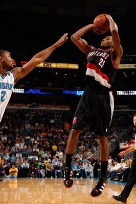NEW ORLEANS - NOVEMBER 13:  Travis Outlaw #25  of the Portland Trail Blazers shoots the ball over Hilton Armstrong #12 of the New Orleans Hornets at the New Orleans Arena on November 13, 2009 in New Orleans, Louisiana.  NOTE TO USER: User expressly acknow