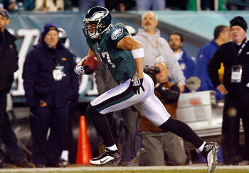 PHILADELPHIA - DECEMBER 27:  Brent Celek #87of the Philadelphia Eagles heads for the endzone for a touchdown against the Denver Broncos on December 27, 2009 at Lincoln Financial Field in Philadelphia, Pennsylvania. The Eagles defeated the Broncos 30-27.