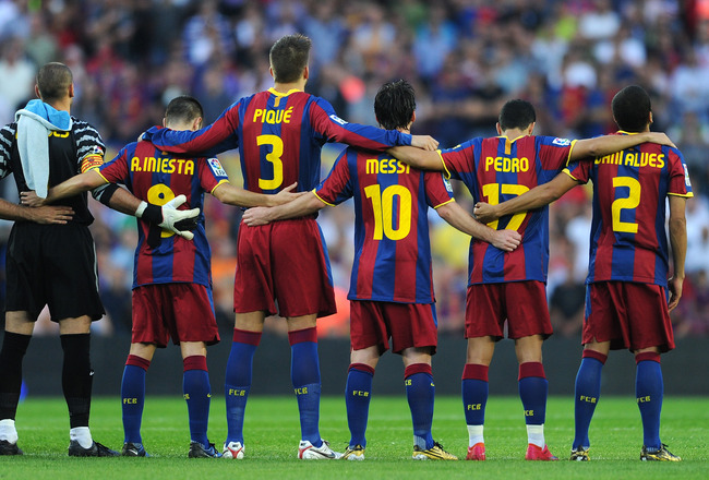 BARCELONA, SPAIN - OCTOBER 03:  Lionel Messi (3rd R) of Barcelona observes a moment of silence with his teammates for Eduard Manchon during the La Liga match between Barcelona and Mallorca at the Camp Nou stadium on October 3, 2010 in Barcelona, Spain. Th