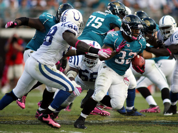 JACKSONVILLE, FL - OCTOBER 03:  Running back Maurice Jones-Drew #32 of the Jacksonville Jaguars runs against the Indianapolis Colts at EverBank Field on October 3, 2010 in Jacksonville, Florida.  (Photo by Marc Serota/Getty Images)