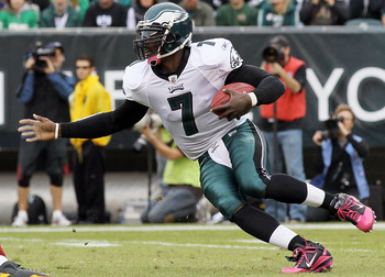 PHILADELPHIA - OCTOBER 03:  Michael Vick #7 of the Philadelphia Eagles runs the ball against the Washington Redskins on October 3, 2010 at Lincoln Financial Field in Philadelphia, Pennsylvania.  (Photo by Jim McIsaac/Getty Images)
