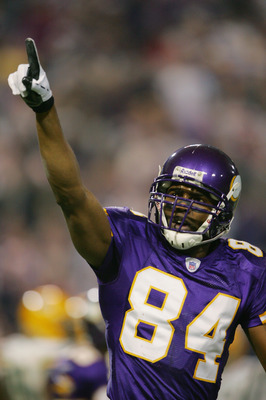 MINNEAPOLIS - DECEMBER 24:  Randy Moss #84 of the Minnesota Vikings points to the crowd against the Green Bay Packers during the game on December 24, 2004 at the Hubert H Humphrey Metrodome in Minneapolis, Minnesota.  (Photo by Matthew Stockman/Getty Imag