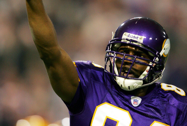 MINNEAPOLIS - DECEMBER 24:  Randy Moss #84 of the Minnesota Viingscelebrates a touchdown against the Green Bay Packers December 24, 2004 at the Hubert H Humphrey Metrodome in Minneapolis, Minnesota. (Photo by Matthew Stockman/Getty Images)