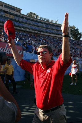 PASADENA, CA - SEPTEMBER 27:  Head coach Pat Hill of the Frenso State Bulldogs celebrates after defearing the UCLA Bruins on September 27, 2008 at the Rose Bowl in Pasadena, California.  (Photo by Stephen Dunn/Getty Images)