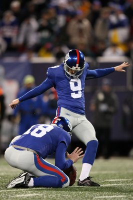 EAST RUTHERFORD, NJ - DECEMBER 13:  Lawrence Tynes #9 of the New York Giants kicks the ball against the Philadelphia Eagles at Giants Stadium on December 13, 2009 in East Rutherford, New Jersey.  (Photo by Nick Laham/Getty Images)