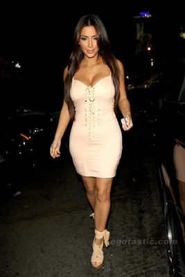 Kim-kardashian-peach-corset-05_display_image