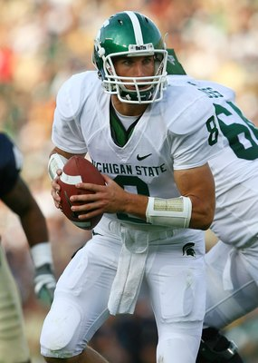 SOUTH BEND, IN - SEPTEMBER 19: Kirk Cousins #8 of the Michigan State Spartans turns to hand off against the Notre Dame Fighting Irish on September 19, 2009 at Notre Dame Stadium in South Bend, Indiana. Notre Dame defeated Michigan State 33-30. (Photo by J
