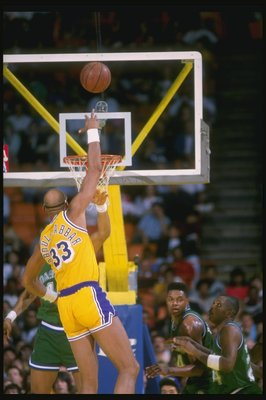 1989:  Center Kareem Abdul-Jabbar of the Los Angeles Lakers shoots a sky hook during a game at the Great Western Forum in Inglewood, California.   Mandatory Credit: Stephen Dunn  /Allsport