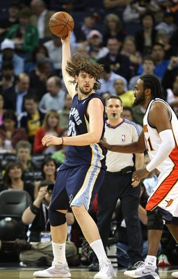 OAKLAND, CA - MARCH 30:  Ronny Turiaf #21 of the Golden State Warriors defends against Marc Gasol #33 of the Memphis Grizzlies during an NBA game on March 30, 2009 at Oracle Arena in Oakland, California. NOTE TO USER: User expressly acknowledges and agree