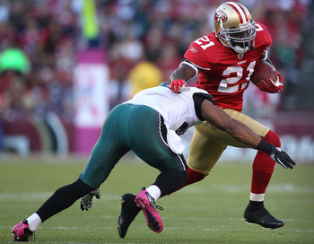 SAN FRANCISCO - OCTOBER 10:  Frank Gore #21 of the San Francisco 49ers runs against the Philadelphia Eagles during an NFL game at Candlestick Park on October 10, 2010 in San Francisco, California.(Photo by Jed Jacobsohn/Getty Images)