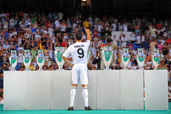 MADRID, SPAIN - JULY 06: New Real Madrid player Cristiano Ronaldo waves to fans during his presentation at the Santiago Bernabeu stadium on July 6, 2009 in Madrid, Spain.  (Photo by Denis Doyle/Getty Images)