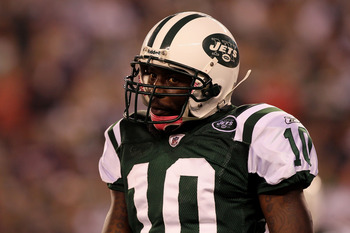 EAST RUTHERFORD, NJ - OCTOBER 11:  Santonio Holmes #10 of the New York Jets looks on in the second quarter against the Minnesota Vikings at New Meadowlands Stadium on October 11, 2010 in East Rutherford, New Jersey.  (Photo by Jim McIsaac/Getty Images)