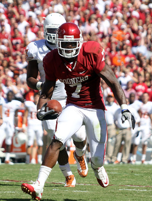 DALLAS - OCTOBER 02:  Running back Demarco Murray #7 of the Oklahoma Sooners runs for a touchdown against the Texas Longhorns in the first quarter at the Cotton Bowl on October 2, 2010 in Dallas, Texas.  (Photo by Ronald Martinez/Getty Images)