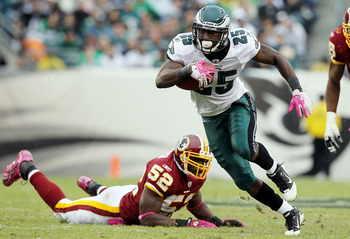 PHILADELPHIA - OCTOBER 03:  LeSean McCoy #25 of the Philadelphia Eagles runs the ball past Rocky McIntosh #52 of the Washington Redskins on October 3, 2010 at Lincoln Financial Field in Philadelphia, Pennsylvania.  (Photo by Jim McIsaac/Getty Images)