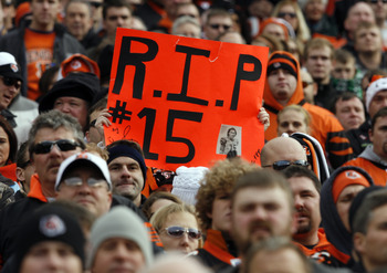 CINCINNATI - DECEMBER 27: Cincinnati Bengals fans remember Chris Henry #15 before their teams game against the Kansas City Chiefs in their NFL game at Paul Brown Stadium December 27, 2009 in Cincinnati, Ohio.    (Photo by John Sommers II/Getty Images)