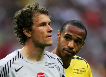 PARIS - MAY 17:  Jens Lehmann, (L) the Arsenal goalkeeper, is consoled by Thierry Henry (R) after he is sent off for fouling Samuel Eto'o of Barcelona during the UEFA Champions League Final between Arsenal and Barcelona at the Stade de France on May 17, 2
