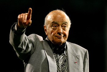 LONDON, ENGLAND - OCTOBER 19:  Fulham owner Mohamed al-Fayed gestures during the Barclays Premier League match between Fulham and Hull City at Craven Cottage on October 19, 2009 in London, England.  (Photo by Ian Walton/Getty Images)
