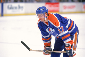 INGLEWOOD, CA - 1989:  Right wing Jari Kurri #17 of the Edmonton Oilers gets into position against the Los Angeles Kings during the 1989-90 season at the Great Western Forum in Inglewood, California.  (Photo by Mike Powell/Getty Images)