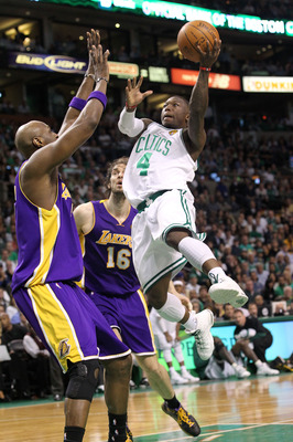 Nate Robinson drives against Lamar Odom.