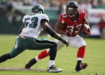 PHILADELPHIA - OCTOBER 17:  Michael Turner #33  of the Atlanta Falcons runs against Moise Fokou #53 of the Philadelphia Eagles during their game at Lincoln Financial Field on October 17, 2010 in Philadelphia, Pennsylvania.  (Photo by Al Bello/Getty Images