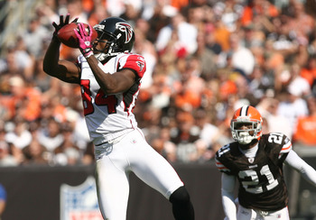 CLEVELAND - OCTOBER 10:  Wide receiver Roddy White #84 of the Atlanta Falcons catches a pass in front of defensive back Eric Wright #21 of the Cleveland Browns at Cleveland Browns Stadium on October 10, 2010 in Cleveland, Ohio.  (Photo by Matt Sullivan/Ge