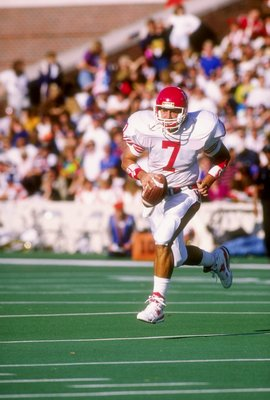 21 Sep 1991: Quarterback David Klingler #7 of the Houston Cougars in action during a game against the Illinois Fighting Illini. The Illinois Fighting Illini won the game 51-10.