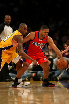 LOS ANGELES, CA - JANUARY 15:  Eric Gordon #10 of the Los Angeles Clippers and Kobe Bryant #24 of the Los Angeles Lakers go for the ball in the second quarter during the game on January 15, 2010 at Staples Center in Los Angeles, California. NOTE TO USER: