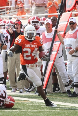STILLWATER, OK - SEPTEMBER 5:  Running back Kendall Hunter #24 of the Oklahoma State Cowboys rushes for a nine yards during the third quarter of the game against the Georgia Bulldogs at Boone Pickens Stadium on September 5, 2009 in Stillwater, Oklahoma. (